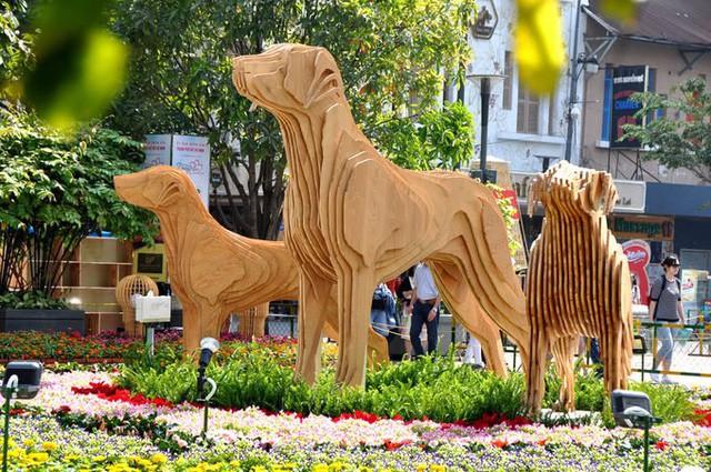 Báo chí nước ngoài ngợi khen những bức tượng chú chó may mắn là điểm sáng của đường hoa Nguyễn Huệ Tết này - Ảnh 5.