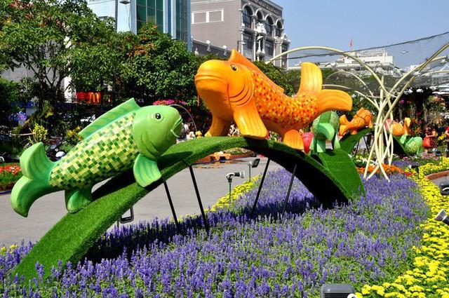 Báo chí nước ngoài ngợi khen những bức tượng chú chó may mắn là điểm sáng của đường hoa Nguyễn Huệ Tết này - Ảnh 8.