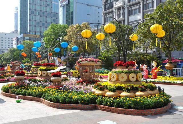 Báo chí nước ngoài ngợi khen những bức tượng chú chó may mắn là điểm sáng của đường hoa Nguyễn Huệ Tết này - Ảnh 9.