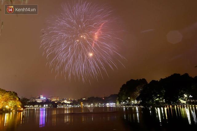 Người Sài Gòn - Hà Nội mãn nhãn với những loạt pháo hoa đầy màu sắc trong thời khắc chuyển giao năm mới 2018 - Ảnh 1.