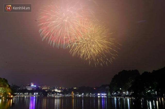 Người Sài Gòn - Hà Nội mãn nhãn với những loạt pháo hoa đầy màu sắc trong thời khắc chuyển giao năm mới 2018 - Ảnh 2.