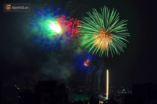 Người Sài Gòn - Hà Nội mãn nhãn với những loạt pháo hoa đầy màu sắc trong thời khắc chuyển giao năm mới 2018 - Ảnh 7.