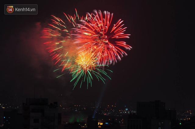 Người Sài Gòn - Hà Nội mãn nhãn với những loạt pháo hoa đầy màu sắc trong thời khắc chuyển giao năm mới 2018 - Ảnh 10.