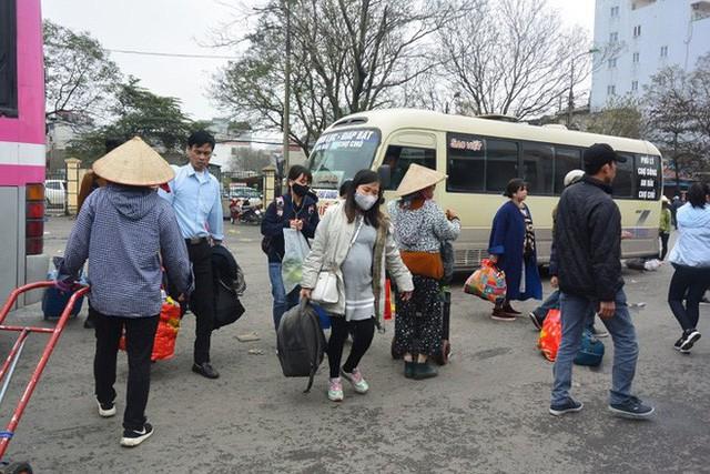 Ảnh: Người dân lỉnh kỉnh đồ đạc trở lại thủ đô sau dịp nghỉ Tết - Ảnh 8.