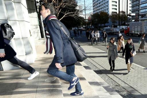 Trào lưu mặc vest, đi giày sneaker tới chỗ làm của giới công sở Nhật Bản và sự thật ý nghĩa đằng sau - Ảnh 1.