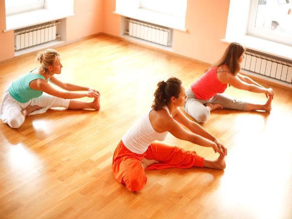 8 động tác yoga giúp giải tỏa căng thẳng cơ bắp và tâm trí ai cũng có thể thực hiện mọi lúc mọi nơi  - Ảnh 3.