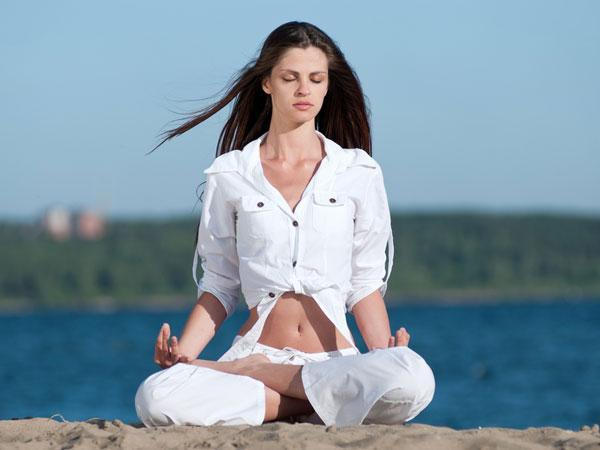 8 động tác yoga giúp giải tỏa căng thẳng cơ bắp và tâm trí ai cũng có thể thực hiện mọi lúc mọi nơi  - Ảnh 6.