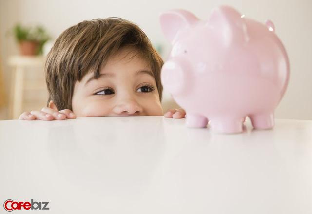 Khi con đòi mua đồ chơi đắt đỏ: Thái độ tiêu tiền của cha mẹ nghèo đang phá hỏng tư duy của con cái mình như thế nào? - Ảnh 1.