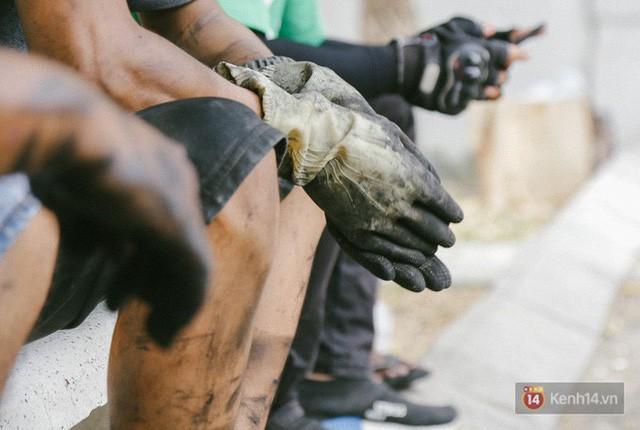 Hàng trăm xe máy, ô tô hạng sang bị cháy trơ khung tại chung cư Carina được kéo ra ngoài bán sắt vụn  - Ảnh 26.