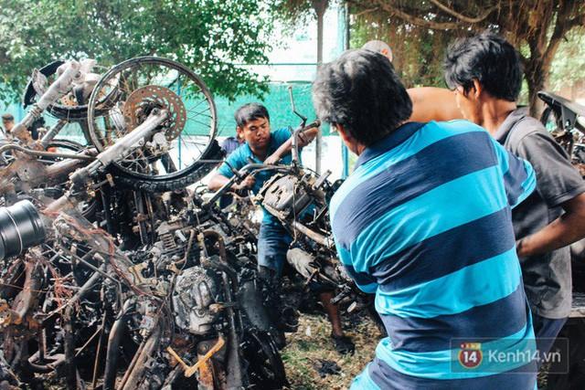Hàng trăm xe máy, ô tô hạng sang bị cháy trơ khung tại chung cư Carina được kéo ra ngoài bán sắt vụn  - Ảnh 11.