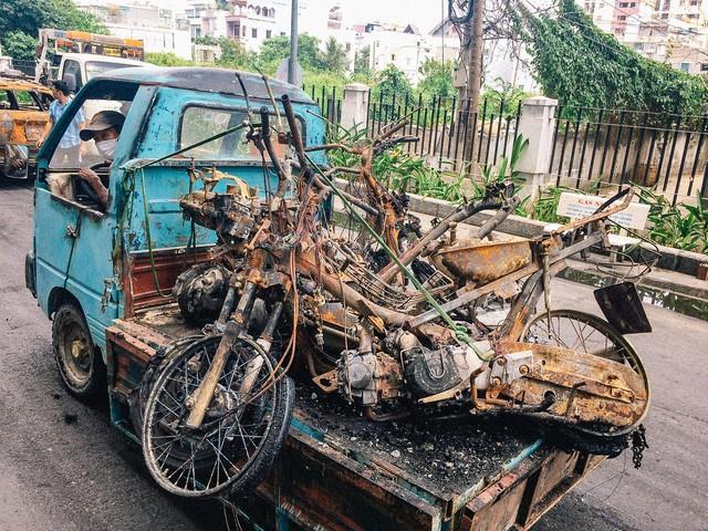 Hàng trăm xe máy, ô tô hạng sang bị cháy trơ khung tại chung cư Carina được kéo ra ngoài bán sắt vụn  - Ảnh 13.