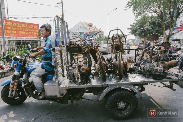 Hàng trăm xe máy, ô tô hạng sang bị cháy trơ khung tại chung cư Carina được kéo ra ngoài bán sắt vụn - Ảnh 14.