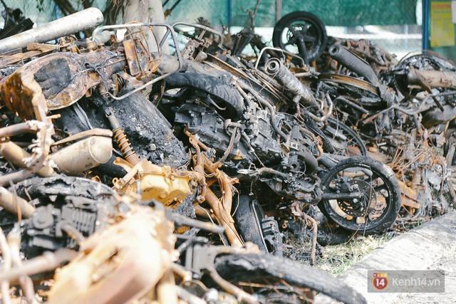 Hàng trăm xe máy, ô tô hạng sang bị cháy trơ khung tại chung cư Carina được kéo ra ngoài bán sắt vụn - Ảnh 17.