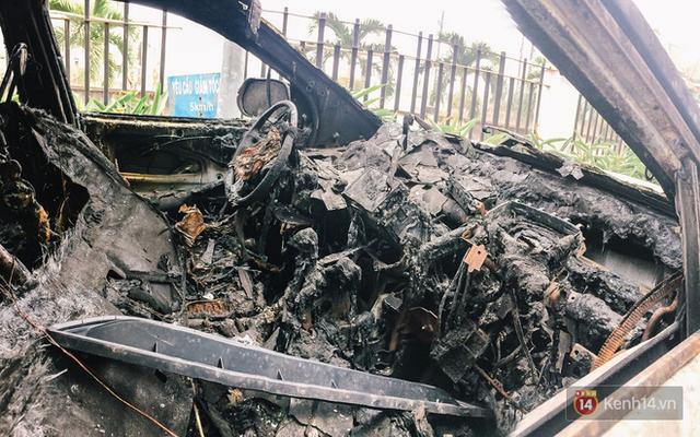 Hàng trăm xe máy, ô tô hạng sang bị cháy trơ khung tại chung cư Carina được kéo ra ngoài bán sắt vụn - Ảnh 3.
