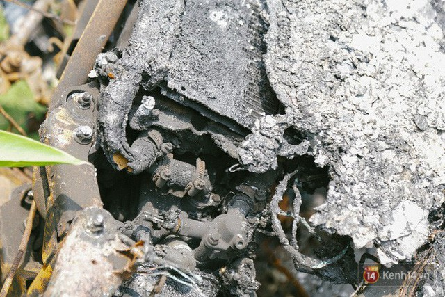 Hàng trăm xe máy, ô tô hạng sang bị cháy trơ khung tại chung cư Carina được kéo ra ngoài bán sắt vụn  - Ảnh 21.