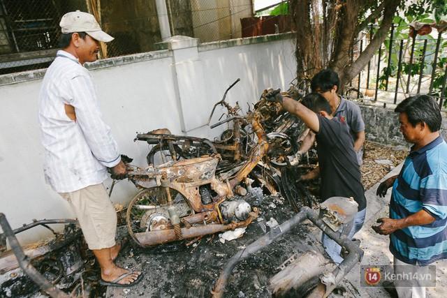 Hàng trăm xe máy, ô tô hạng sang bị cháy trơ khung tại chung cư Carina được kéo ra ngoài bán sắt vụn - Ảnh 23.