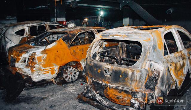 Hàng trăm xe máy, ô tô hạng sang bị cháy trơ khung tại chung cư Carina được kéo ra ngoài bán sắt vụn - Ảnh 4.