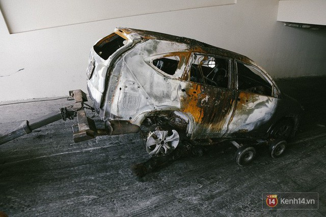 Hàng trăm xe máy, ô tô hạng sang bị cháy trơ khung tại chung cư Carina được kéo ra ngoài bán sắt vụn  - Ảnh 6.