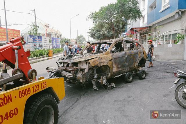 Hàng trăm xe máy, ô tô hạng sang bị cháy trơ khung tại chung cư Carina được kéo ra ngoài bán sắt vụn  - Ảnh 7.