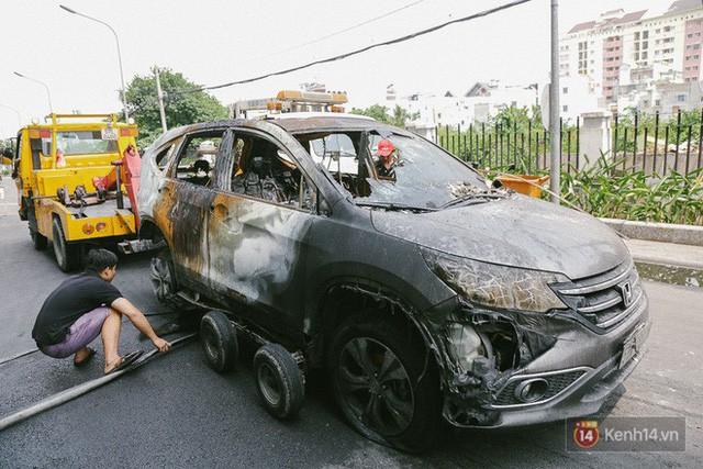 Hàng trăm xe máy, ô tô hạng sang bị cháy trơ khung tại chung cư Carina được kéo ra ngoài bán sắt vụn - Ảnh 8.