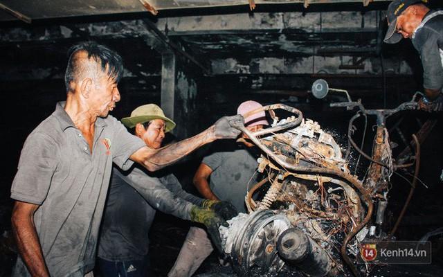 Hàng trăm xe máy, ô tô hạng sang bị cháy trơ khung tại chung cư Carina được kéo ra ngoài bán sắt vụn - Ảnh 10.