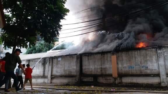 Hiện trường tan hoang vụ cháy chợ Quang ở Hà Nội - Ảnh 2.