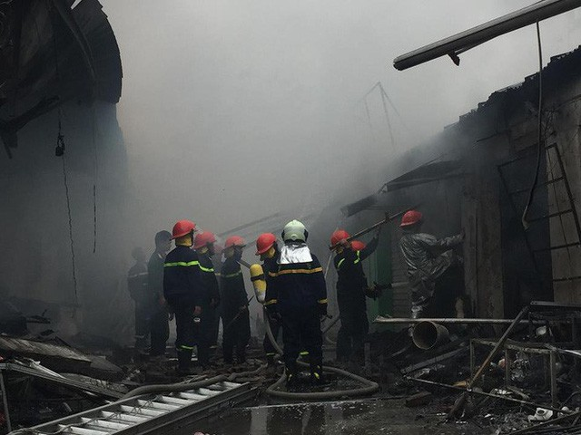 Hiện trường tan hoang vụ cháy chợ Quang ở Hà Nội - Ảnh 11.