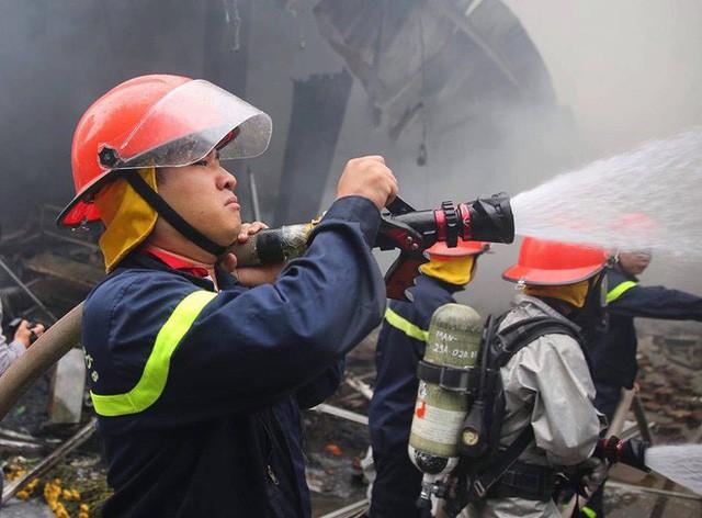 Hiện trường tan hoang vụ cháy chợ Quang ở Hà Nội - Ảnh 12.