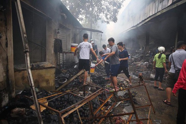 Hiện trường tan hoang vụ cháy chợ Quang ở Hà Nội - Ảnh 13.