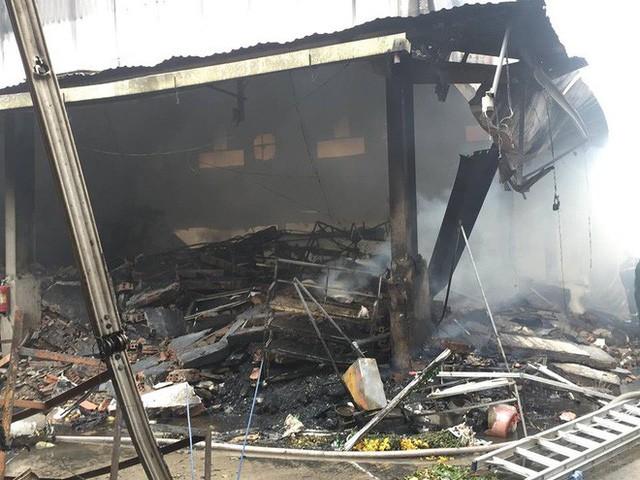 Hiện trường tan hoang vụ cháy chợ Quang ở Hà Nội - Ảnh 14.