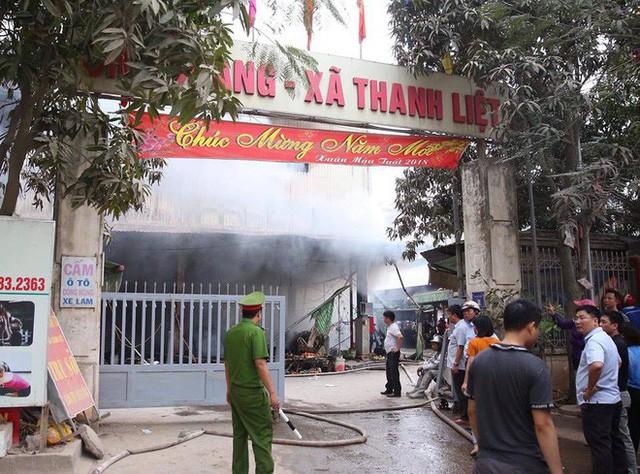 Hiện trường tan hoang vụ cháy chợ Quang ở Hà Nội - Ảnh 17.