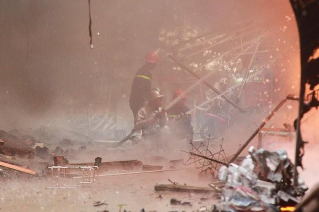 Hiện trường tan hoang vụ cháy chợ Quang ở Hà Nội - Ảnh 6.