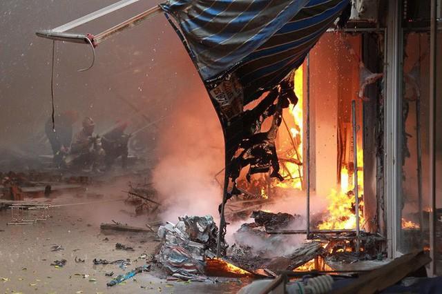 Hiện trường tan hoang vụ cháy chợ Quang ở Hà Nội - Ảnh 7.