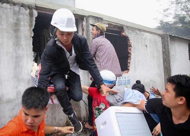 Hiện trường tan hoang vụ cháy chợ Quang ở Hà Nội - Ảnh 8.