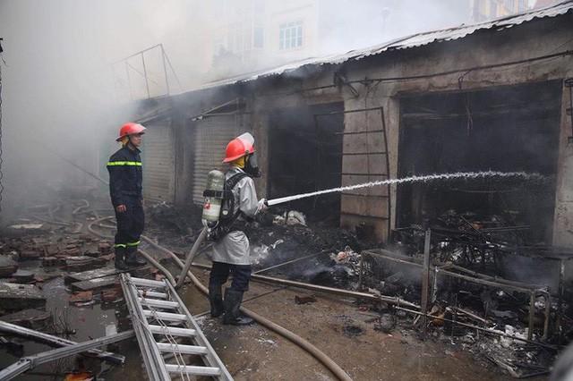 Hiện trường tan hoang vụ cháy chợ Quang ở Hà Nội - Ảnh 10.