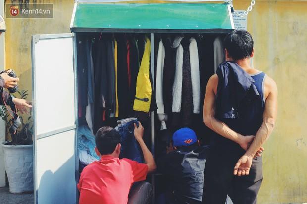 Cái kết buồn của tủ quần áo ai thừa ủng hộ, ai thiếu đến lấy ở Hà Nội: Người gom đồ từ thiện đi bán, người tặng cả áo rách, quần lót cũ - Ảnh 1.