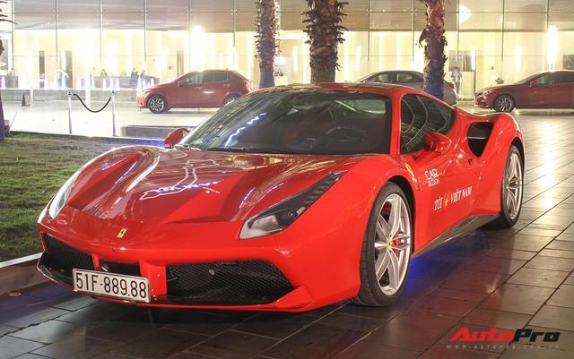 Ca sĩ Tuấn Hưng lái siêu xe Ferrari 488 GTB đưa vợ con tham dự tiệc tiền Car & Passion 2018 - Ảnh 2.