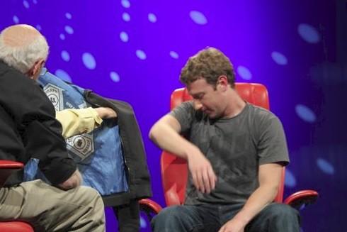 Mark Zuckerberg và hành trình ngoạn mục từ áo hoodie tới vest đen lịch lãm - Ảnh 2.