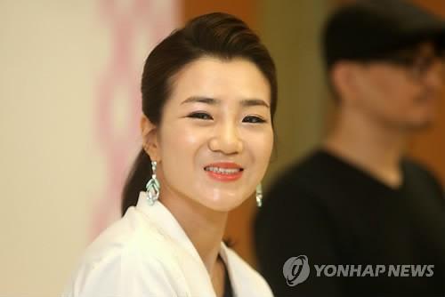 Hất nước vào mặt nhân viên, thiên kim của Korean Air bị netizen Hàn chỉ trích dữ dội vì quá phách lối - Ảnh 1.