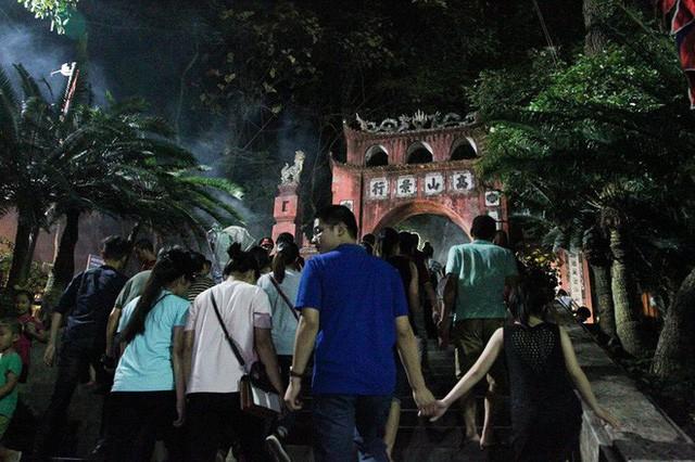Biển người đổ về Đền Hùng trong đêm - Ảnh 11.