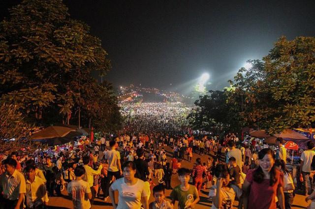 Biển người đổ về Đền Hùng trong đêm - Ảnh 12.