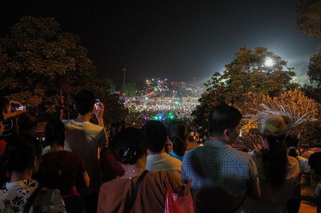 Biển người đổ về Đền Hùng trong đêm - Ảnh 5.