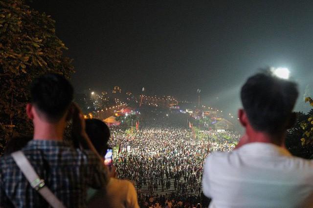 Biển người đổ về Đền Hùng trong đêm - Ảnh 10.