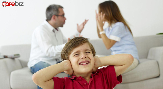 Trẻ sinh ra trong 3 kiểu gia đình này, đa phần đều sẽ rất nhu nhược và hèn nhát, làm cha mẹ nên vì con mà tránh - Ảnh 1.