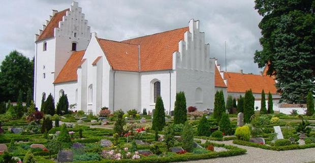 Dạo chơi trong nghĩa địa, tắm nắng cạnh bia mộ - Thói quen kỳ lạ đến kinh dị của người Đan Mạch - Ảnh 1.