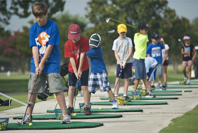 Những bài học cuộc sống quý giá golf có thể dạy cho con bạn - Ảnh 1.