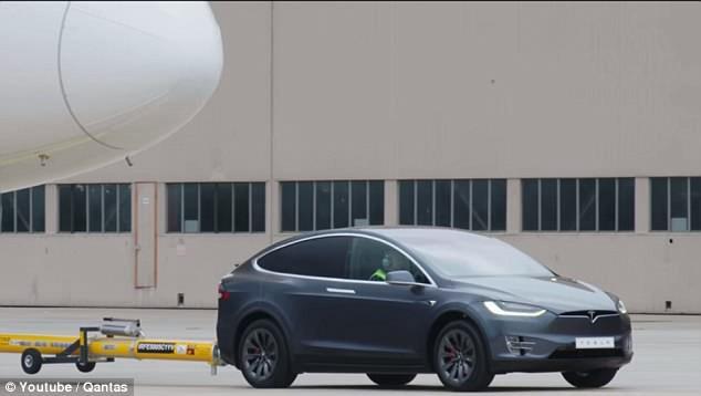 Tesla Model X đạt kỷ lục xe điện khỏe nhất, kéo được cả một chiếc máy bay Boeing - Ảnh 2.