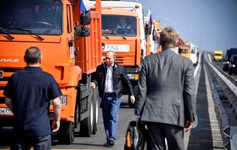 Video: Xem Tổng thống Putin trổ tài lái xe tải trên cây cầu dài nhất châu Âu - Ảnh 1.