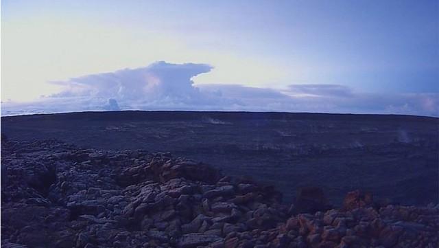 Núi lửa Hawaii phun trào nổ, tạo cột khói cao hơn 9 km - Ảnh 1.