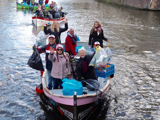 Cách giảm ô nhiễm môi trường nước độc đáo ở Amsterdam: Cho đi tour thuyền có HDV miễn phí nhưng du khách phải... dọn rác - Ảnh 1.